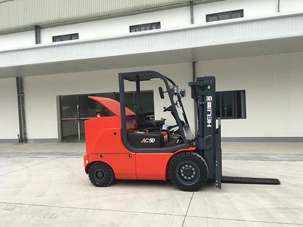Xe nâng điện 5 tấn giao cho khách hàng tại Hải Dương