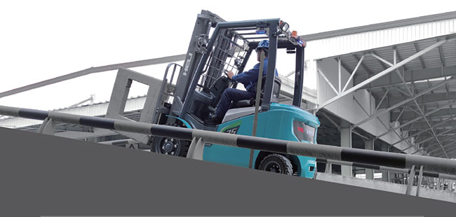 Thử khả năng leo dốc của xe nâng điện lithium 2.5 tấn
